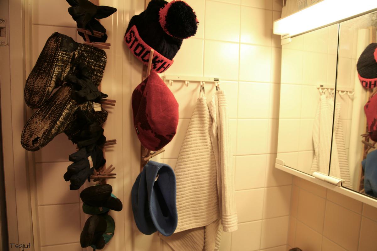 hanskojen ja pipojen kuivausteline kylpyhuoneeseen