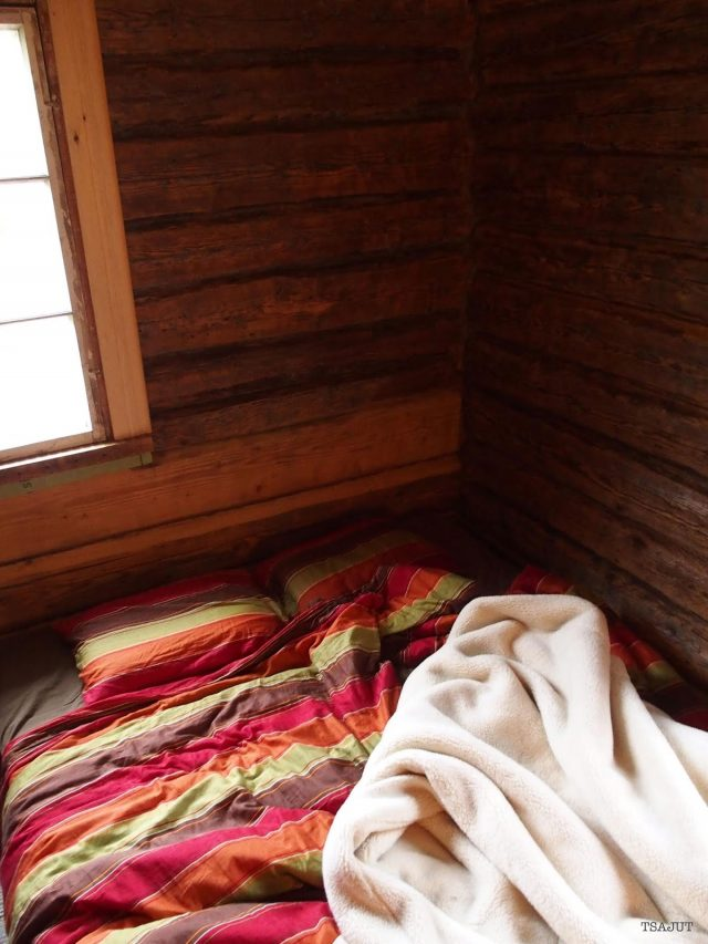 ryppyiset kanata petaamattomassa sängyssä