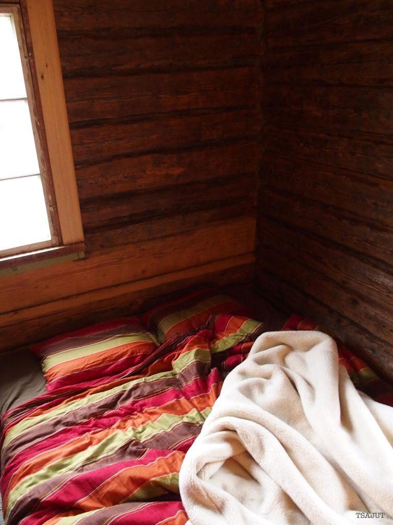 ryppyiset lakanat petaamattomassa sängyssä