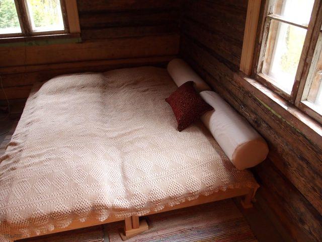 valkoinen virkattu päiväoeite salmiakkikuviolla sängyn päällä