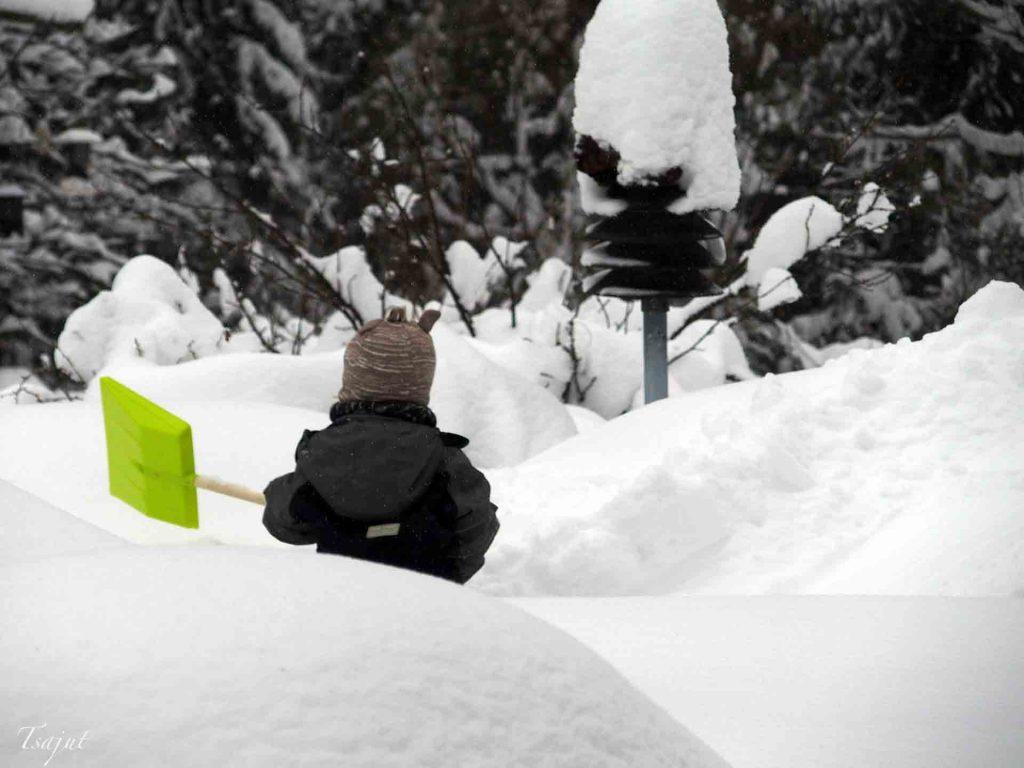 lapsi tekee lumitöitä