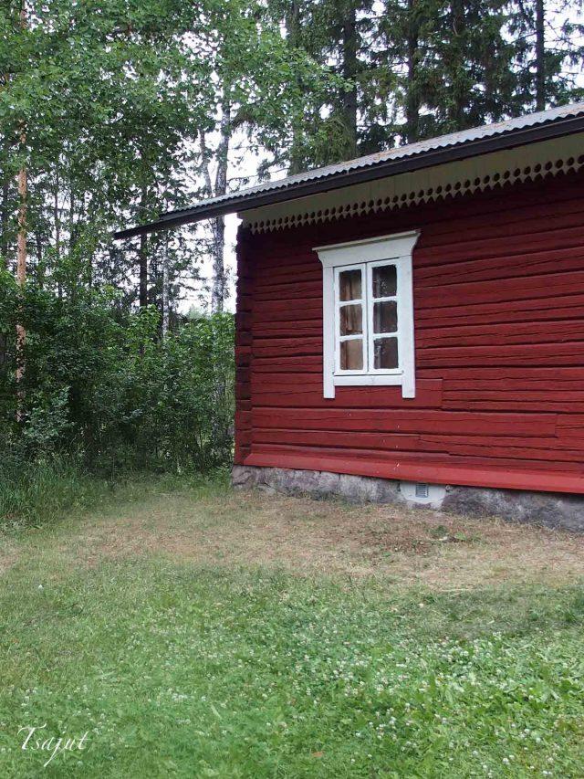 Punainen tupa ja kuivunut nurmi