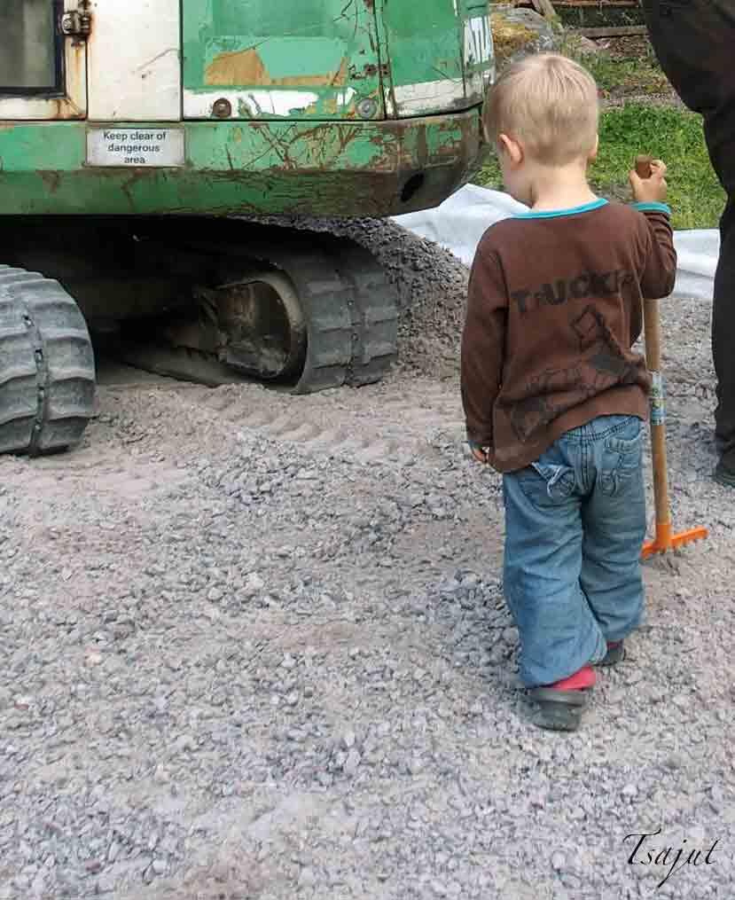 kaivinkone ja lapsi
