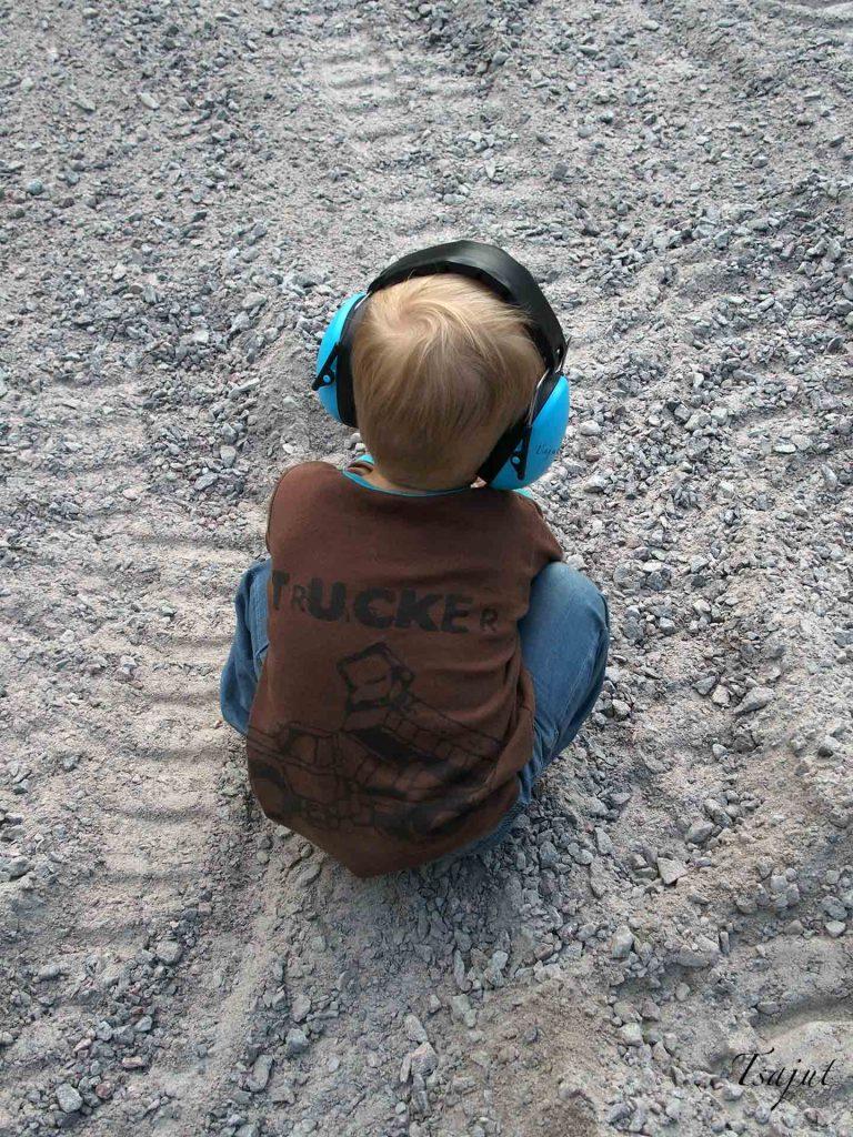 lapsi kuulosuojaimet päässä
