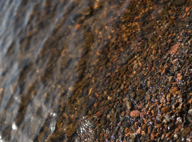 matalaa vettä, kivinen pohja