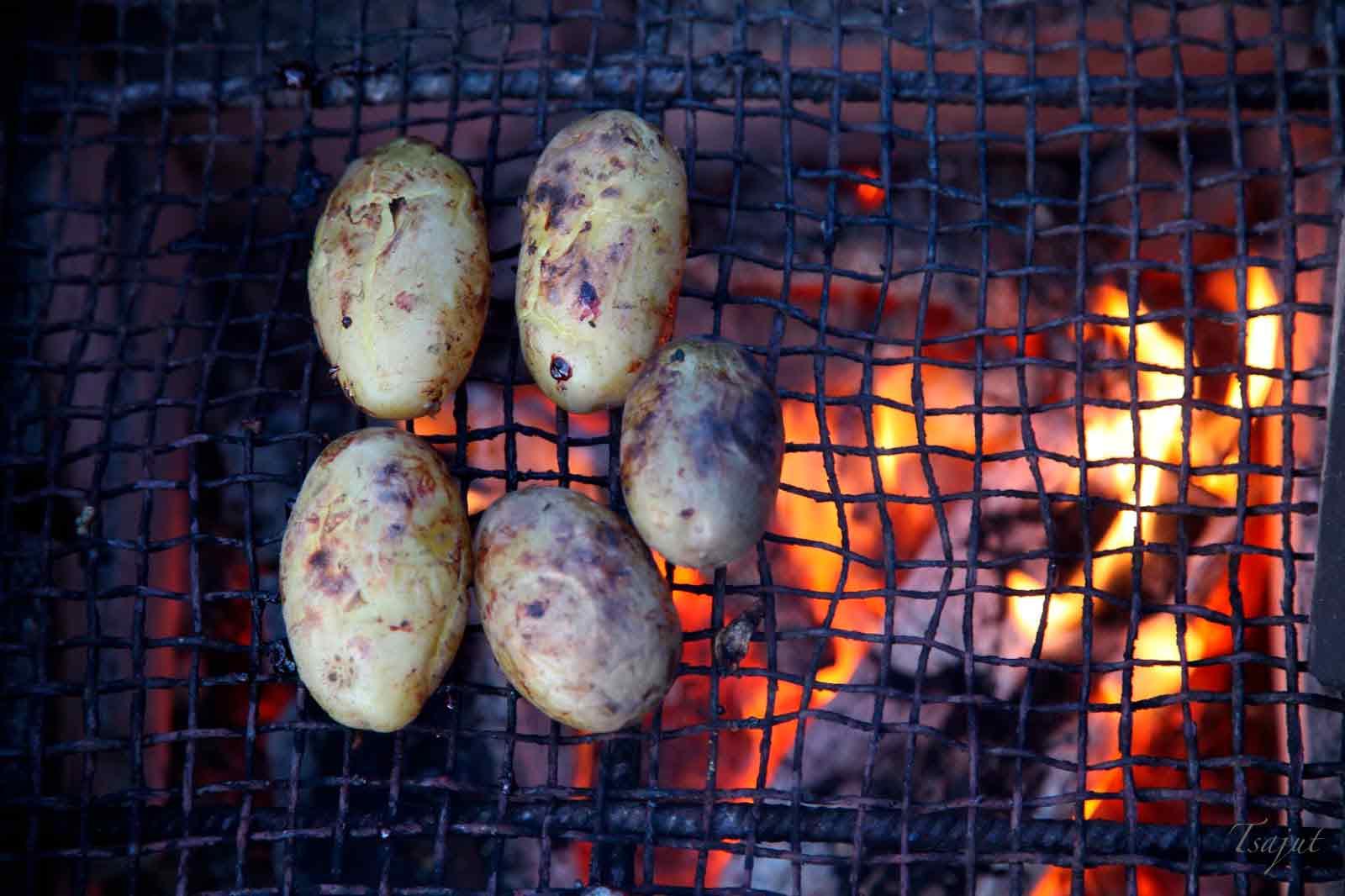 Kuoriperunat grillissä