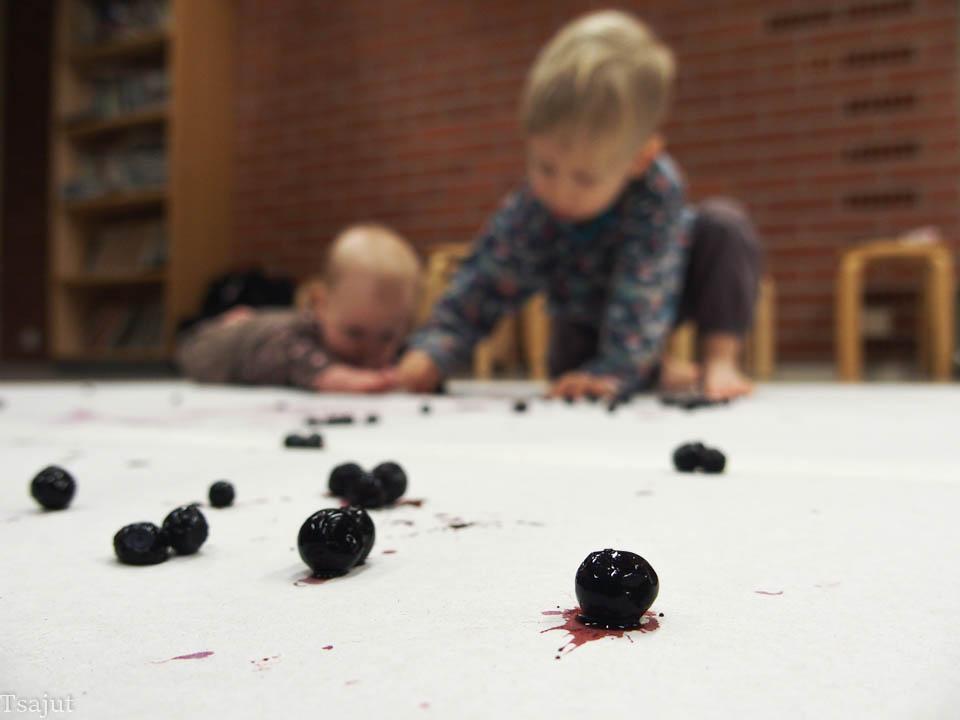 lapset maalaavat mustikoilla
