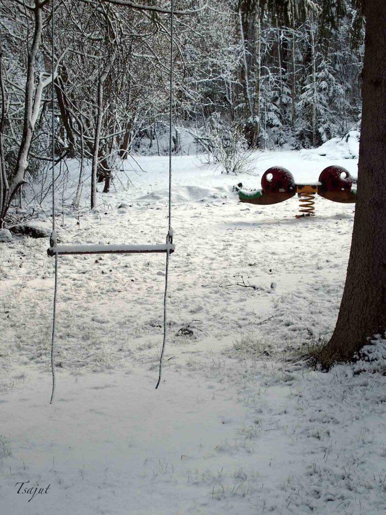 trapetsi ja keinulauta lumisessa maastossa